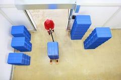 Obenliegende Ansicht der Arbeitskraft arbeitend im Lagerhaus stockfoto