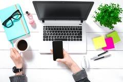 Obenliegende Ansicht der Geschäftsfrau Working At Computer im Büro Lizenzfreie Stockbilder