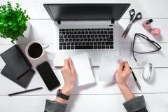 Obenliegende Ansicht der Geschäftsfrau Working At Computer im Büro Lizenzfreie Stockfotos