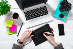 Obenliegende Ansicht der Geschäftsfrau Working At Computer im Büro Lizenzfreies Stockfoto
