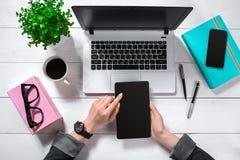 Obenliegende Ansicht der Geschäftsfrau Working At Computer im Büro Stockfoto