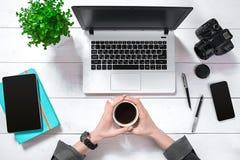 Obenliegende Ansicht der Geschäftsfrau Working At Computer im Büro Stockfotos
