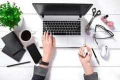 Obenliegende Ansicht der Geschäftsfrau Working At Computer im Büro Stockbild