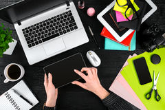 Obenliegende Ansicht der Geschäftsfrau Working At Computer im Büro Lizenzfreies Stockbild