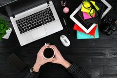 Obenliegende Ansicht der Geschäftsfrau Working At Computer im Büro Lizenzfreie Stockfotografie