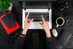 Obenliegende Ansicht der Geschäftsfrau Working At Computer im Büro Stockfotografie