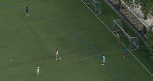 Obenliegende Ansicht der Gruppe Jugendlichen, die Fußball spielen stock footage