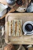 Obenliegende Ansicht der Kaffeetasse und des frisch gebackenen Brotes Lizenzfreie Stockfotografie