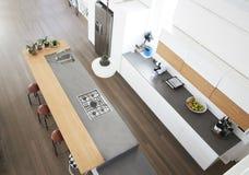 Obenliegende Ansicht der modernen Küche mit Insel stockbild