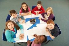 Obenliegende Ansicht der Schulkinder, die zusammenarbeiten Stockfotos