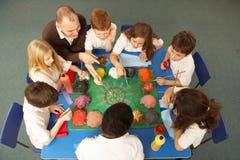 Obenliegende Ansicht der Schulkinder, die zusammenarbeiten Stockbilder
