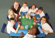 Obenliegende Ansicht der Schulkinder, die zusammenarbeiten stockfoto