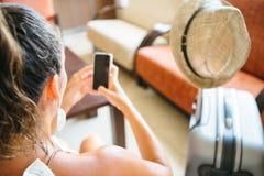 Obenliegende Ansicht des Brunette, der Smartphone verwendet stockfotos