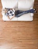Obenliegende Ansicht des Frauen-Messwertes auf Couch Stockfotos