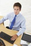 Obenliegende Ansicht des Geschäftsmannes Working At Desk, das Digital-Tabelle verwendet Stockbild
