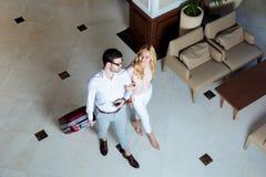 obenliegende Ansicht des glücklichen Paars der Reisenden, die mit Gepäck gehen lizenzfreie stockbilder