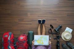 Obenliegende Ansicht des Reisendfrauenplanes und der Rucksackplanung Lizenzfreie Stockbilder
