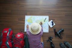 Obenliegende Ansicht des Reisendfrauenplanes und der Rucksackplanung Lizenzfreie Stockfotos