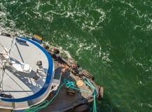 Obenliegende Ansicht des Schleppers, der Seile und der Arbeitskräfte, die Schiff unterstützen, um anzukoppeln, Alaska, USA stockbilder