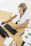 Obenliegende Ansicht des Service-Vertreters Talking To Customer im Anruf Centr Lizenzfreie Stockbilder