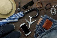 Obenliegende Ansicht des Zubehörs arbeiten Männern Kleidung mit Technologiekonzepthintergrund um Lizenzfreies Stockbild