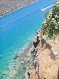 Obenliegende Ansicht eines Motorboots auf dem Meer Stockfoto