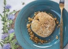 Obenliegende Ansicht Erdnussbutter des Gluten-der freien strengen Vegetariers Biscut auf Knickente Stockfotografie