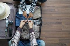 Obenliegende Ansicht Paarplanungs-Flitterwochen vaca des Reisenden jungen Lizenzfreie Stockfotos