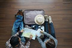 Obenliegende Ansicht Paarplanungs-Flitterwochen vaca des Reisenden jungen Stockfotos