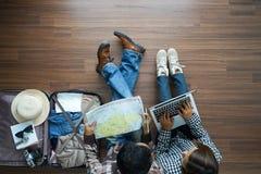 Obenliegende Ansicht Paarplanungs-Flitterwochen vaca des Reisenden jungen Lizenzfreies Stockfoto