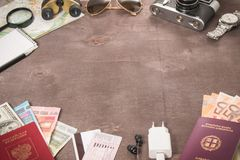 Obenliegende Ansicht Reisender ` s von Zubehör, von Pässen und von Banknoten Reisekonzept auf hölzernem Hintergrund Raum für Text lizenzfreie stockfotos