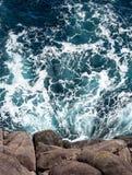 Obenliegende Ansicht von Atlantik gegen felsige Klippe stockbild