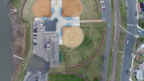 Obenliegende Ansicht von Basketballplatz-und Baseball-Feldern stock video footage