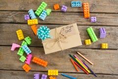 Obenliegende Ansicht von Bauklötzen mit Geschenkbox Stockfotografie