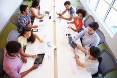 Obenliegende Ansicht von den Designern, die sich treffen, um neue Ideen zu besprechen Stockbilder