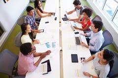 Obenliegende Ansicht von den Designern, die sich treffen, um neue Ideen zu besprechen Stockfotos