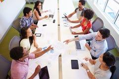 Obenliegende Ansicht von den Designern, die sich treffen, um neue Ideen zu besprechen Stockfoto