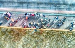 Obenliegende Ansicht von den Leuten, die über eine Brücke gehen lizenzfreie stockfotografie
