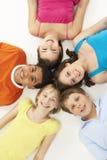 Obenliegende Ansicht von fünf jungen Kindern im Studio stockbilder
