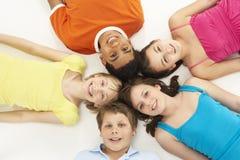 Obenliegende Ansicht von fünf jungen Kindern im Studio lizenzfreies stockfoto