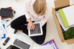 Obenliegende Ansicht von gründen Geschäft, in Büro sich zu bewegen Lizenzfreies Stockfoto