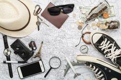 Obenliegende Ansicht von Reisender ` s Zubehör, wesentliche Ferieneinzelteile, Reisekonzepthintergrund Lizenzfreies Stockbild