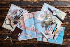 Obenliegende Ansicht von Reisender ` s Zubehör, wesentliche Ferieneinzelteile, Reisekonzepthintergrund Lizenzfreie Stockfotografie