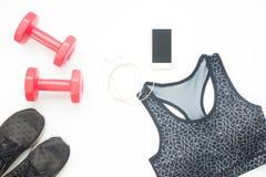 Obenliegende Ansichteignungsausrüstungen, -ausstattungen und -Mobiltelefon auf Weiß stockfoto