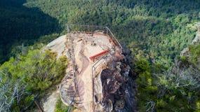 Obenliegende Ansichten zu Felsgelände und Ausblick blauen Bergen Austr Stockfotografie