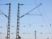 Obenliegende Bahnverdrahtung - Stromleitungen Lizenzfreie Stockfotos
