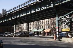 Obenliegende Eisenbahn und Shops Manhattan USA Stockfotos