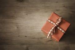 Obenliegende Geschenkbox auf dem Holz - winklig stockfotografie