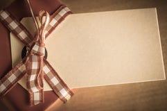 Obenliegende Geschenkbox und Aufkleber lizenzfreies stockfoto