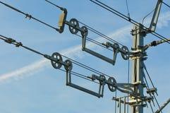 Obenliegende Kontaktdrähte von elektrifizierten Eisenbahnlinien hielten unter Spannung Lizenzfreies Stockfoto